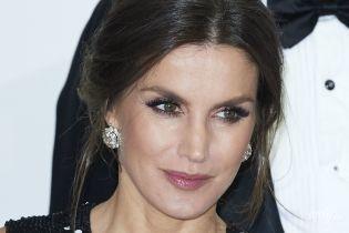 В платье с пайетками и бриллиантами в ушах: элегантная королева Летиция вручила премии журналистам