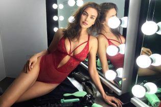Сексі-матуся: Ірина Шейк з'явилася перед шанувальниками в червоному мереживному боді