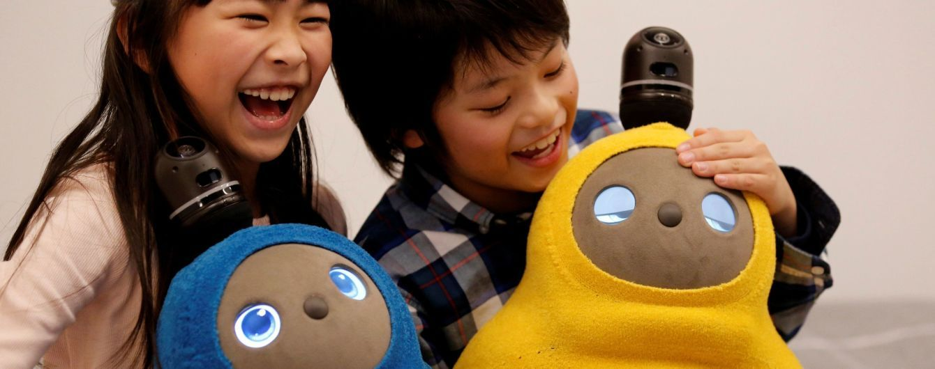 Спит, обнимает и согревает. Reuters показало фото нежного японского робота-пингвина, который следит за детьми