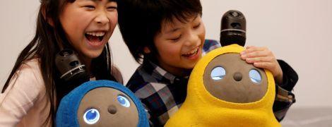 Спить, обіймає і зігріває. Reuters показало фото ніжного японського робота-пінгвіна, який наглядає за дітьми