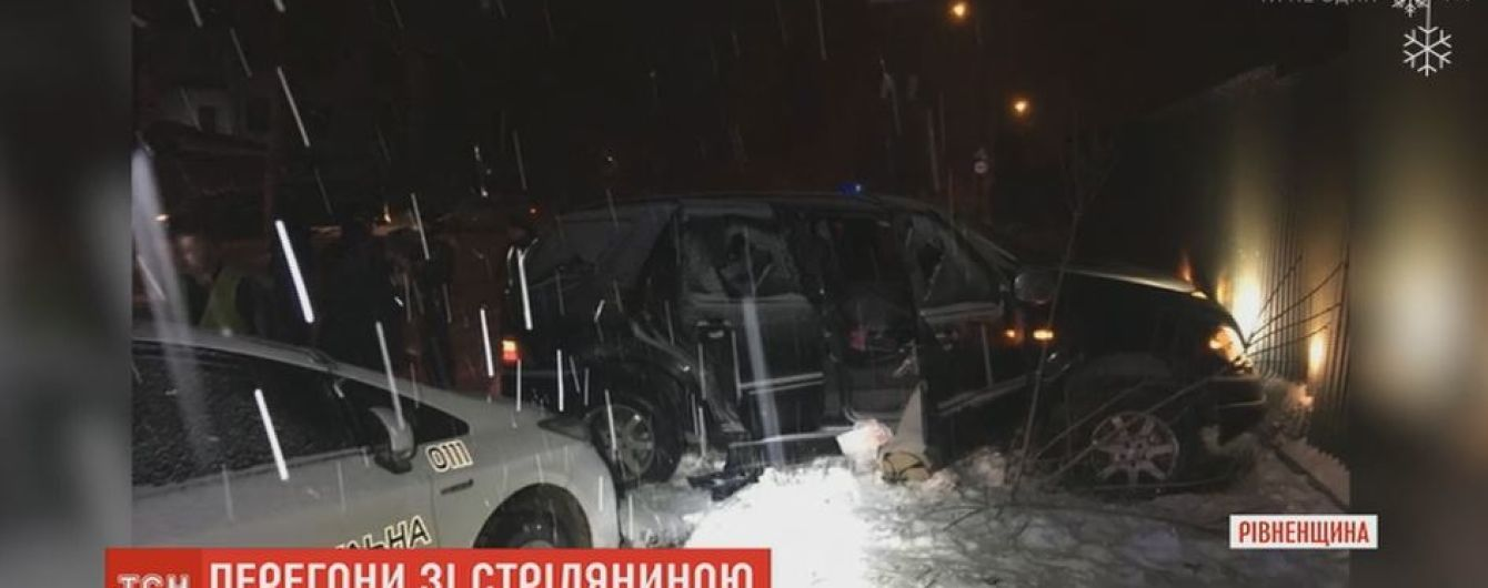 Полиции Ровно пришлось стрелять в авто водителя, который убегал по встречке и пошел на таран