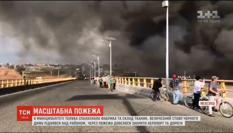 Закрытый аэропорт и дороги: в Мексике из-за пожара на фабрике город заволокло черным дымом