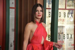 54-летняя Сандра Буллок в странном платье поразила ярким образом