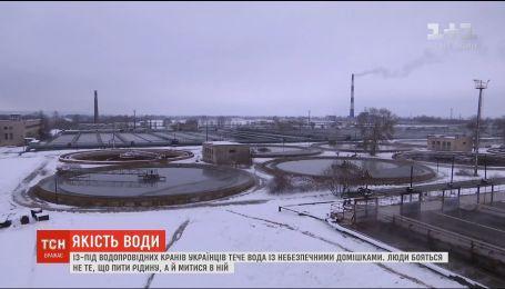 Из-под водопроводных кранов украинцев течет вода с опасными примесями