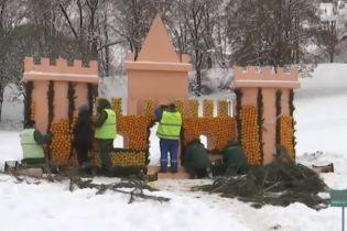 У Києві на Співочому полі будують інсталяцію із 120 тонн цитрусових