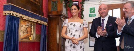 Оно на ней чуть не треснуло: беременная герцогиня Меган надела слишком тесное платье