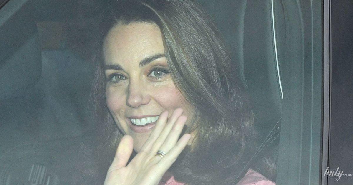 В розовом наряде и с жемчужными серьгами: герцогиня Кембриджская отправилась на рождественский обед