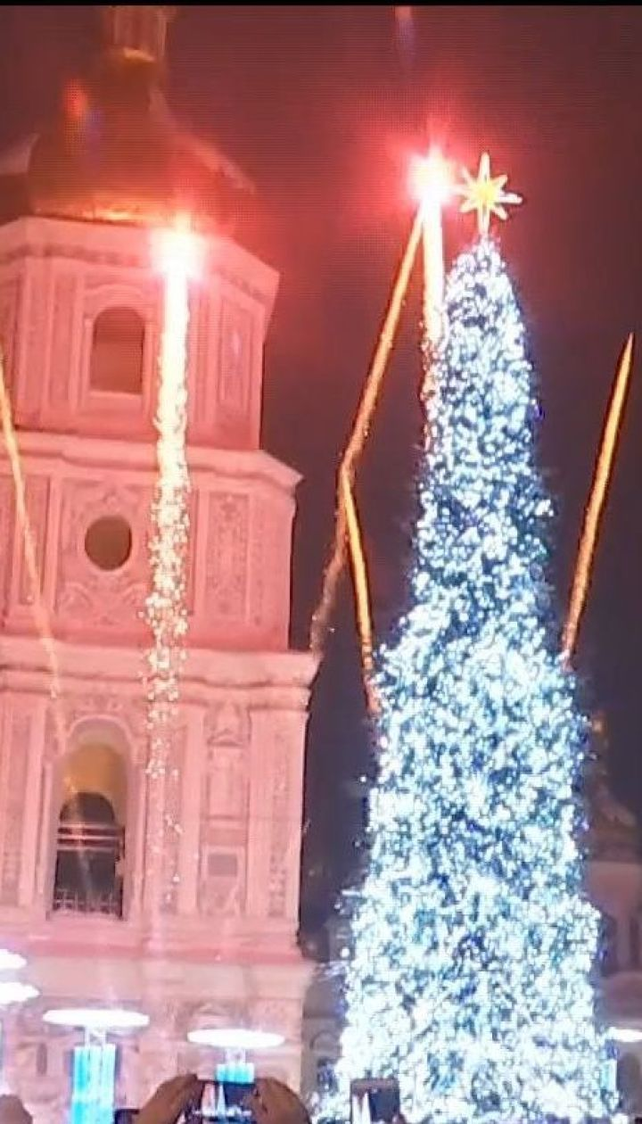 У столиці на Софійській площі засяяла головна ялинка країни