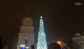 Понад 500 іграшок, три кілометри гірлянд: у Києві відкрили головну ялинку України