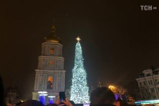 Более 500 игрушек, три километра гирлянд: в Киеве открыли главную елку Украины