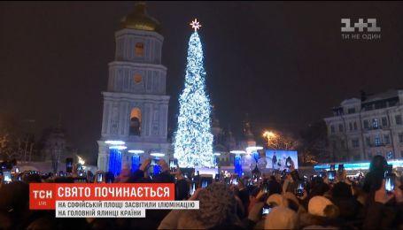 Уже слышен дух праздников: на Софийской площади зажгли иллюминацию на главной елке страны