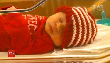 Идеальный подарок: в штате Айова родившихся перед Рождеством малышей одели в праздничную одежду