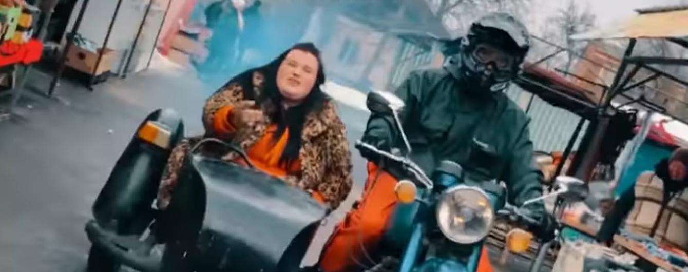 В леопардовій шубі і в колясці мотоцикла: реп-виконавиця alyona alyona переїхала до столиці
