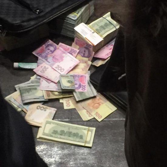 """Кинули долари з вікна: Генпрокуратура затримала на хабарі чиновників """"Укргазвидобування"""""""