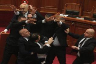 Оппозиционер бросил яйцо в премьера Албании