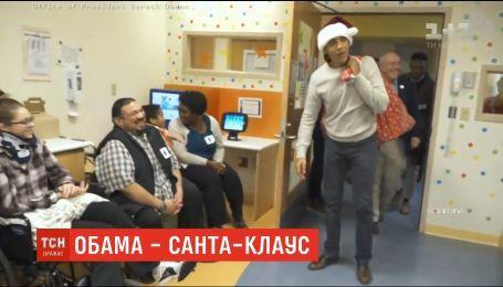 Барак Обама у шапці Санта-Клауса привітав дітей у лікарні Вашингтона