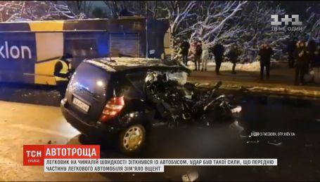Жуткое ДТП в Киеве: легковушка столкнулась с автобусом