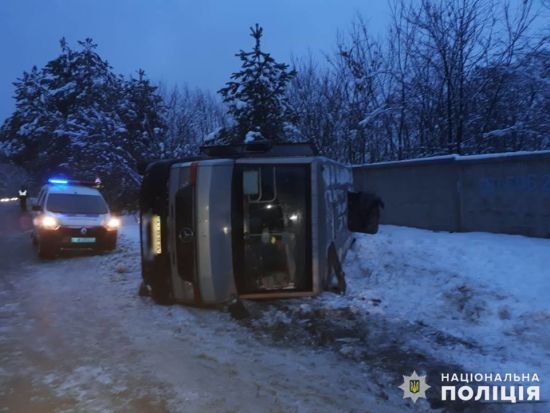 Під Києвом перекинулась маршрутка з пасажирами, постраждали вісім людей