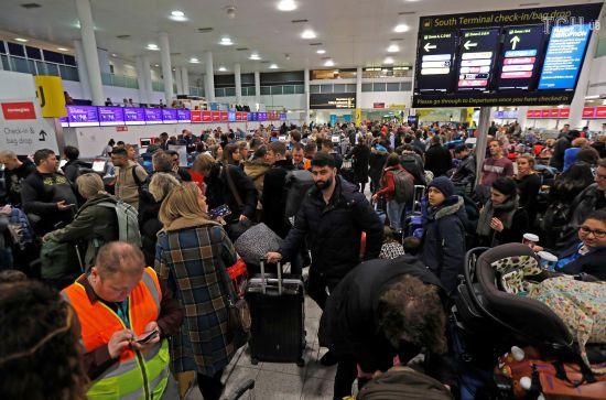 """Не потраплять до Санти: У Лондоні понад сто тисяч пасажирів не можуть покинути летовище через """"знущання"""" дронів"""