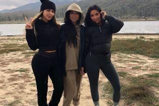 Не вечеринками едиными: Ким Кардашьян в лосинах и пуховике отправилась в поход