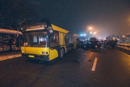 У Києві в ДТП легковика та автобуса загинула вагітна жінка