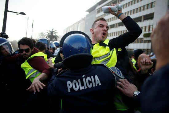 """Європу продовжує лихоманити від протестів: """"жовті жилети"""" вийшли на вулиці Лісабона"""