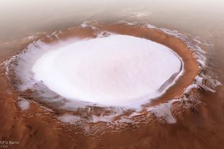 Космічне агентство показало приголомшливі фото гігантського крижаного кратеру на Марсі