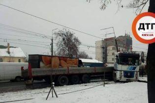В Киеве на Нивках фура влетела в столб, несколько улиц замерли в пробке