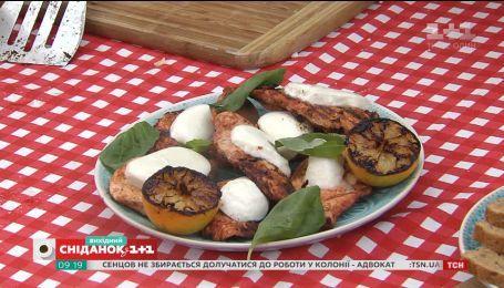 Зимнее барбекю: курица с моцареллой и тосты с шоколадной пастой и бананом на гриле