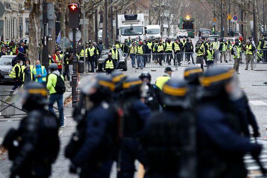 """Протести """"жовтих жилетів"""" у Парижі пішли на спад, але поширилися на провінцію"""