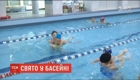Діти із синдромом Дауна та аутичними розладами взяли участь у змаганні-святкуванні у басейні