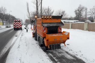 Комунальники відзвітували, як прибирають сніг у Києві