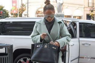 В нежно-голубом пальто и с сумкой от любимого бренда: стильный образ Дженнифер Лопес