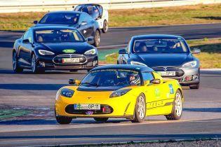 У 24-годинній гонці електрокарів переміг старий Tesla Roadster