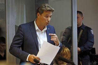 """Адвокат подозреваемого в госизмене крымского """"министра"""" приковал себя к батарее в кабинете судьи"""