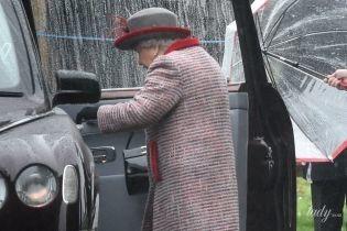 В стильном пальто и шляпе с перьями: королева Елизавета II посетила церковную службу