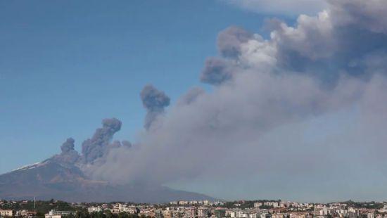 В Італії відбулося виверження вулкана Етна. Влада закрила місцевий аеропорт