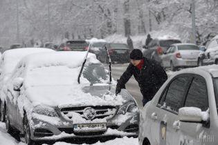 ДТП, затори і комунальники з лопатами: Київ пережив транспортний колапс через снігопад