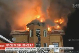 Масштабный пожар в Киеве: ночью загорелся трехэтажный частный дом