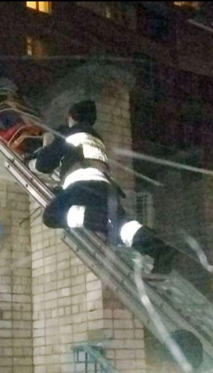 У Дніпрі злодій тікав від поліції через вікно по простирадлах і зірвався