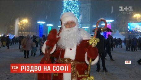 Украинцы празднуют католическое Рождество на Софийской площади