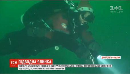На Днепропетровщине дайверы установили елку на дне затопленного карьера