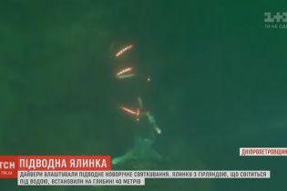 На Днепропетровщине дайверы установили елку с гирляндами на 40-метровой глубине