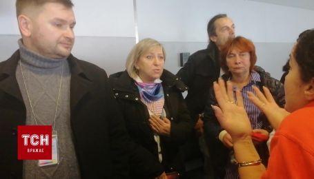 """Пассажиры в ожидании рейса взяли в """"заложники"""" представителей Bravo Airways"""