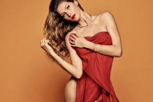В сексуальном красном платье: супермодель Жизель Бундхен позировала полуобнаженной