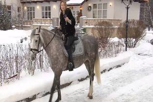 """""""Вершниця Апокаліпсису"""" Поклонська записала привітання з Новим роком, сидячи на коні"""