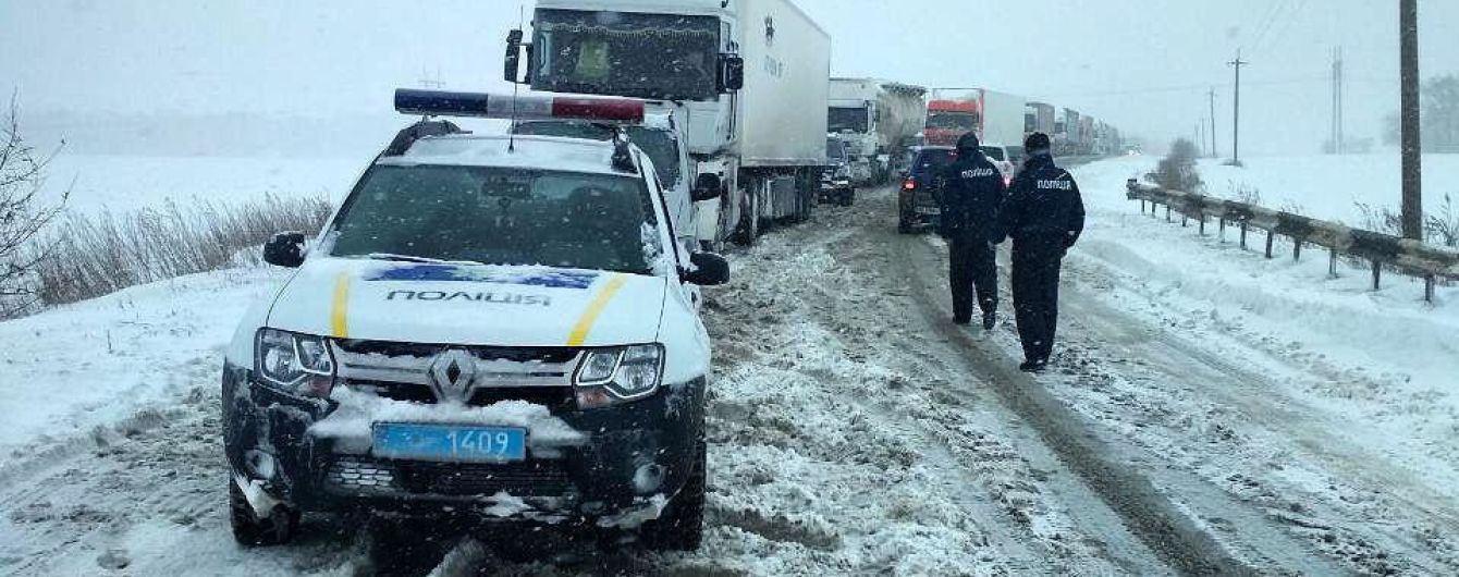 Ряд областей Украины закрыл проезд для грузовиков из-за снегопадов