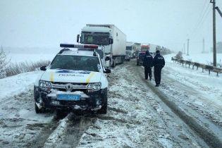 Низка областей України закрила проїзд для вантажівок через снігопади