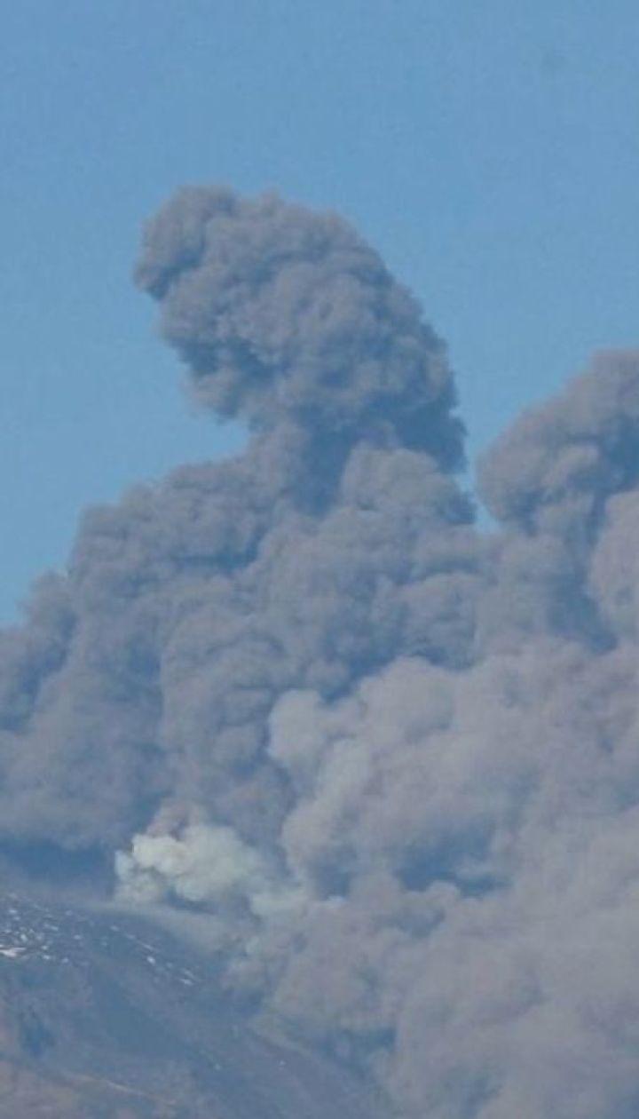 Етна в дії: на Сицилії вулкан почав викидати величезні стовпи диму та попелу
