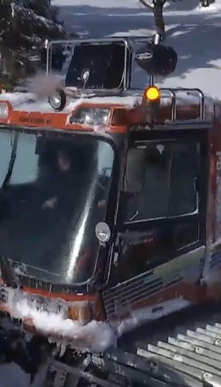 Скандал на курорті: відпочивальники звинувачують водія ратрака у наїзді на людину